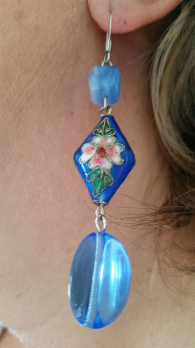 Orecchini pendenti con perlina smaltata e altre perline - azzurro