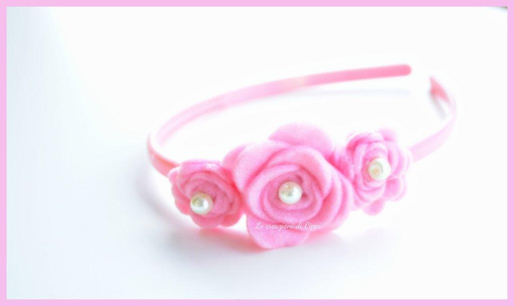 Cerchietto per capelli con rose in pannolenci personalizzabile.