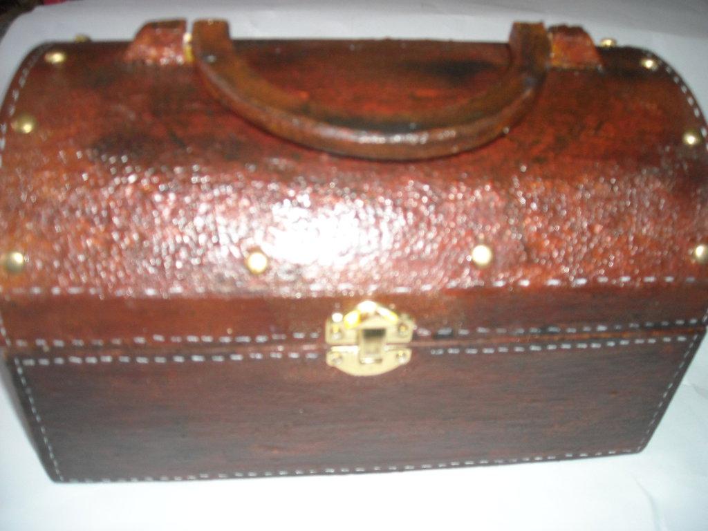 Bauletto in legno con manico, decorato effetto cuoio
