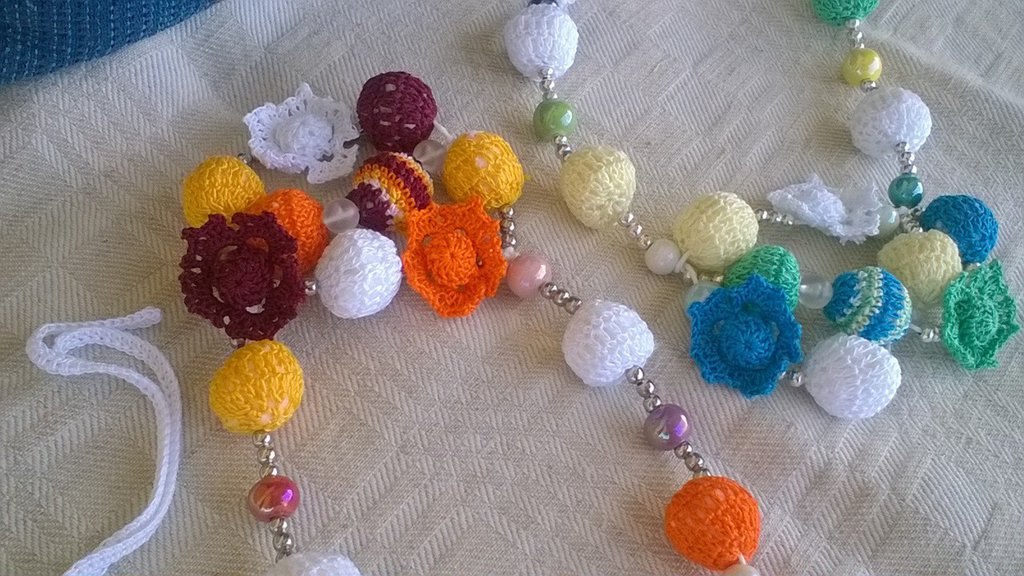 Collana a palline e fiori ad uncinetto e perle.