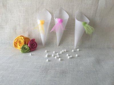 Mini coni portariso o confetti in carta pergamena con nodo in tulle colorato