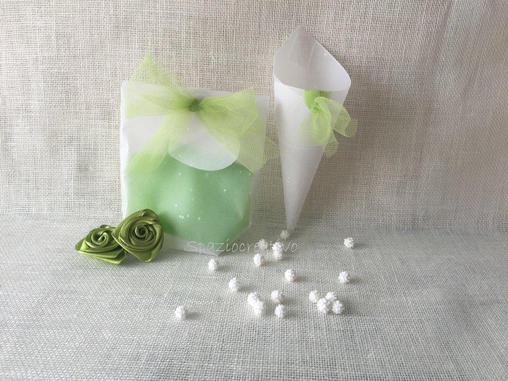 Sacchettino in carta pergamena operata con fiocco in tulle verde e cuore-bigliettino