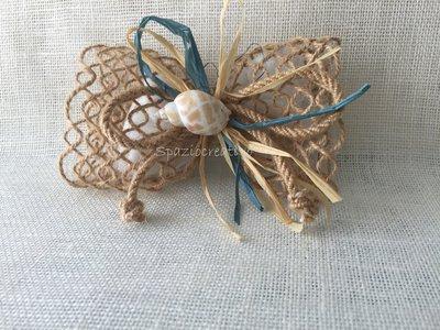 Fiocco in merletto di spago beige legato con cordoncino in corda e rafia e conchiglia centrale