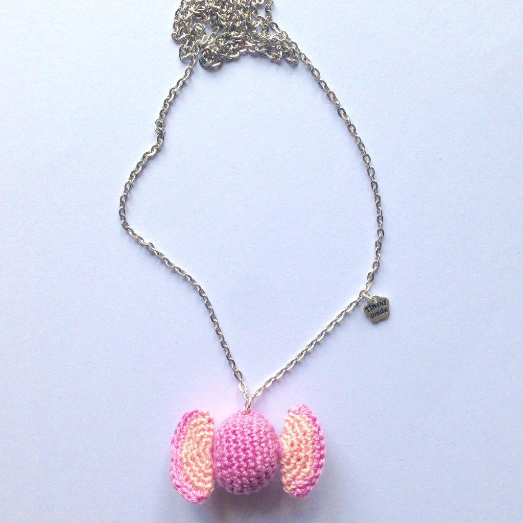 Collana lunga con caramella rosa amigurumi, fatta a mano all'uncinetto