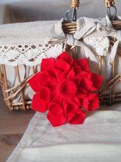 DALIA rossa.Grande fiore/SPILLA in FELTRO..Bomboniera,segnaposto.Hand made.Suggerimento per LAUREA (disponibili altri colori)