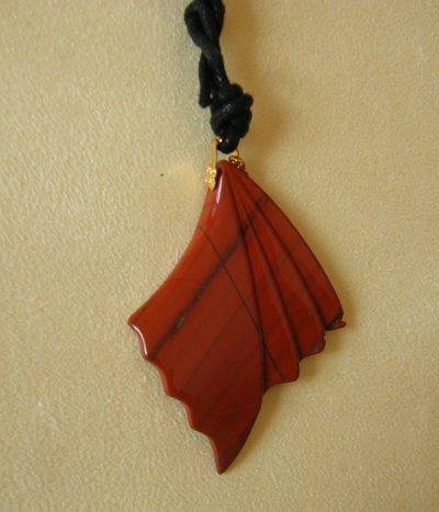 collana con ciondolo in pietra dura e cordino nero