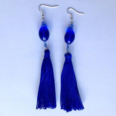 Orecchini pendenti lunghi con nappine di cotone blu e perline, fatti a mano