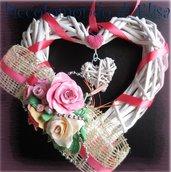 Ghirlanda a cuore decorata a mano