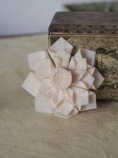 DALIA col.crema.Grande fiore/SPILLA in FELTRO.Bomboniera,segnaposto.Hand made.Suggerimento per MATRIMONIO(disponibili altri colori)