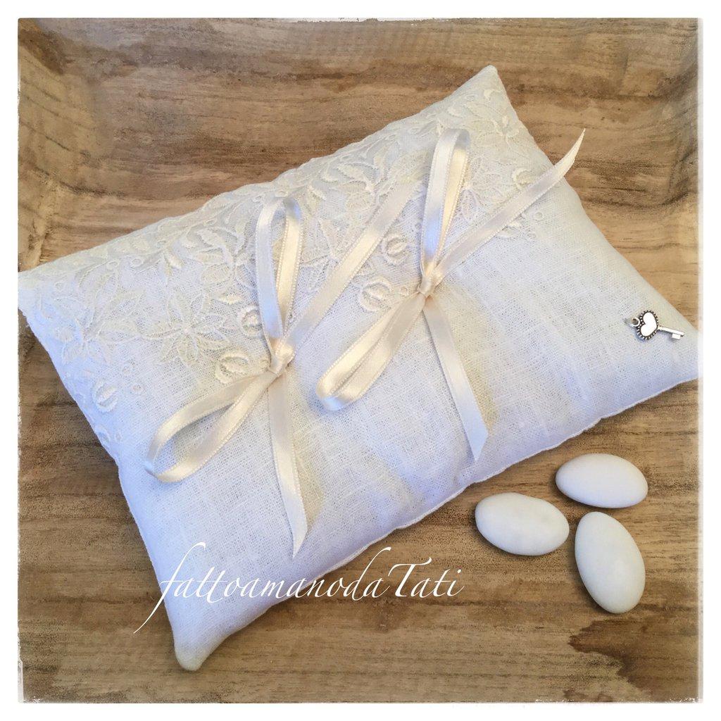 Cuscino per fedi in lino bianco rivestito con pizzo su tulle