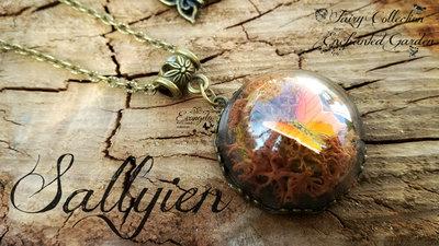 Collana cupola micromondo farfalla e licheni naturali marrone arancione bronzo