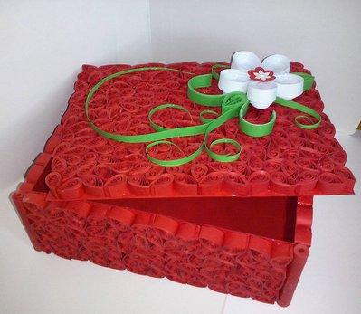 Scatola di carta in quilling con decori floreali