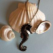 Collana lunga con cavalluccio marino color bronzo