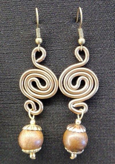 Orecchini pendenti in alluminio bronzo perle in legno fatti a mano