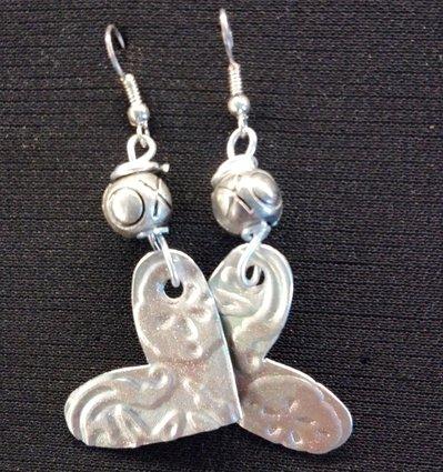 orecchini pendenti in alluminio a cuore fatti a mano argento