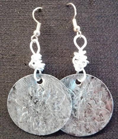 orecchini pendenti in alluminio tondi fatti a mano argento e neri