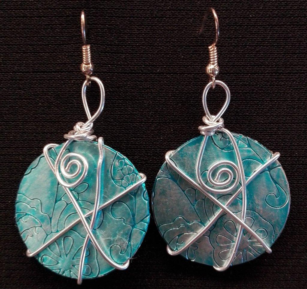 orecchini pendenti in alluminio tondi fatti a mano verde acqua