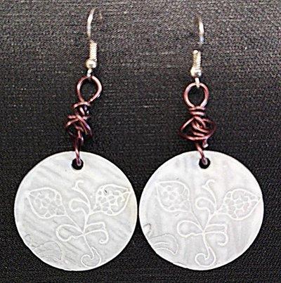 orecchini pendenti in alluminio tondi fatti a mano binchi e marroni