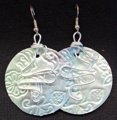 orecchini pendenti in alluminio tondi fatti a mano verdi e azzurri