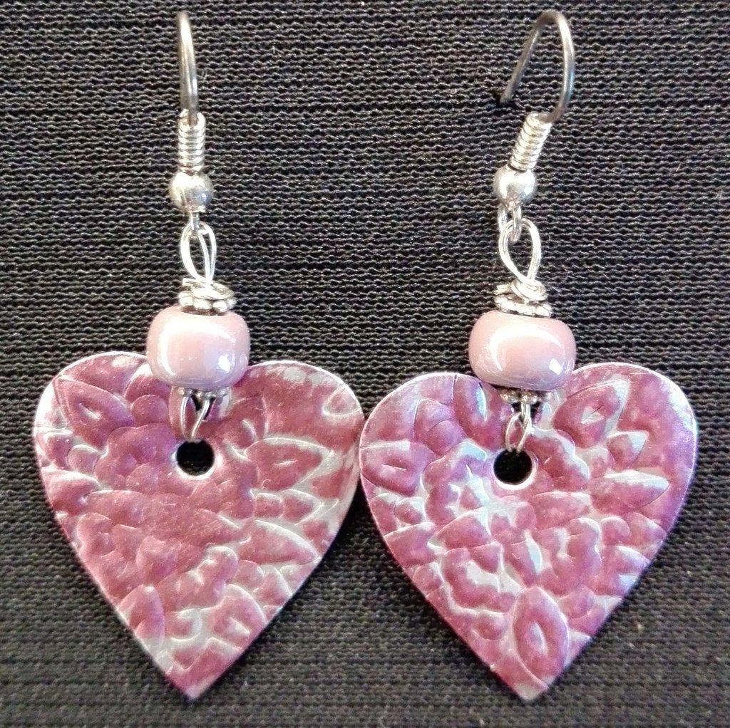 orecchini pendenti in alluminio a cuore con perle in vetro viola fatti a mano
