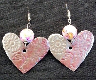 orecchini pendenti in alluminio a cuore rosa e beigie fatti a mano