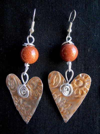 orecchini pendenti in alluminio a cuore con perle in pietra del sole fatti a mano