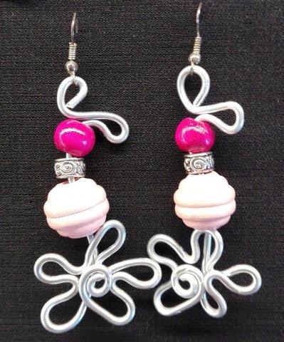 orecchini pendenti in alluminio e perle di legno rosa a fiore