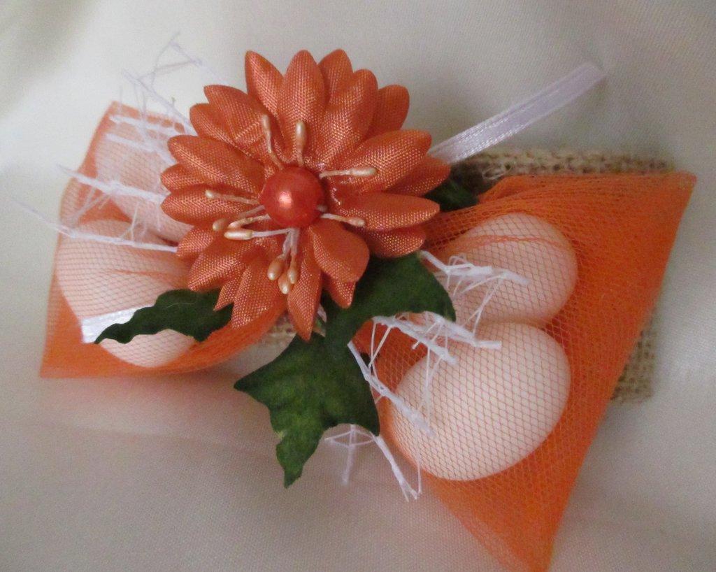 Bomboniera fiocco di iuta e fiore arancio