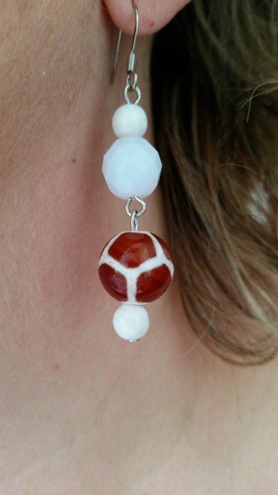 Orecchini pendenti con perline bianche e marroni in vetro e mezzo cristallo bianco opalescente