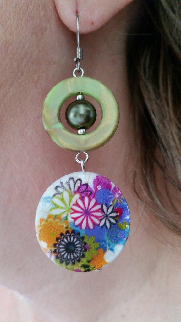 Orecchini pendenti con perlina piatta tonda multicolore, cerchietto e perlina verde