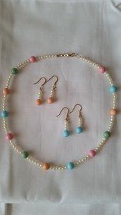 Parure di collanina e due paia di orecchini abbinabili, in perline bianche e colorate