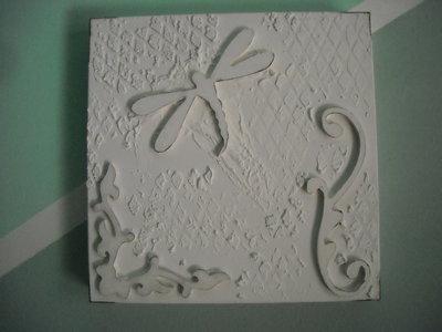 Quadro materico moderno bianco con elementi decorativi  in legno:fregi e libellula