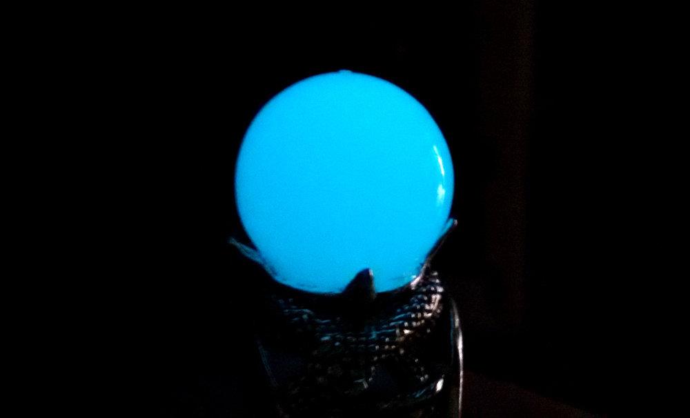 Anello sfera resina fluorescente serpenti intrecciati regolabile