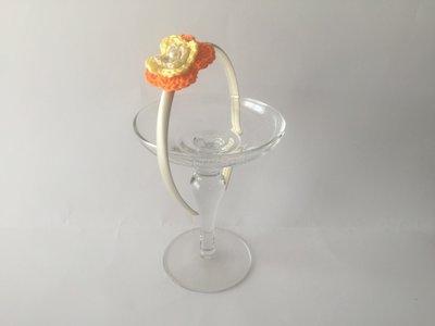Cerchietto in seta avorio con fiore all'uncinetto a 3 strati beige, giallo e arancio e con perla beige centrale
