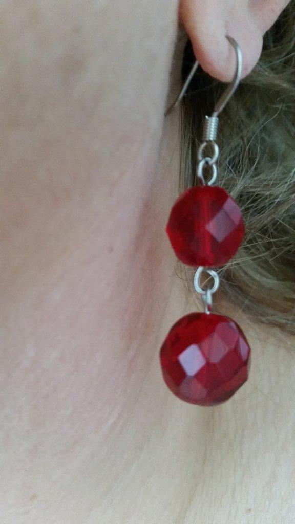 Orecchini pendenti con mezzi cristalli rossi