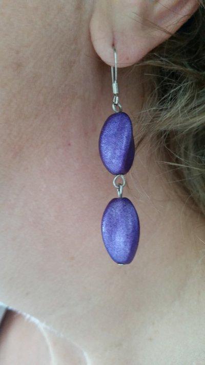 Orecchini pendenti con perline ruvide viola