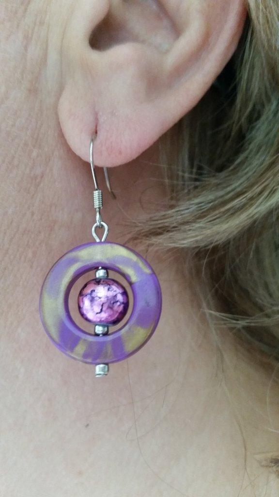 Orecchini pendenti con cerchietto viola e perlina variegata sul viola