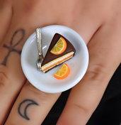 Anello fetta di torta al cioccolato e arancia piattino ceramica