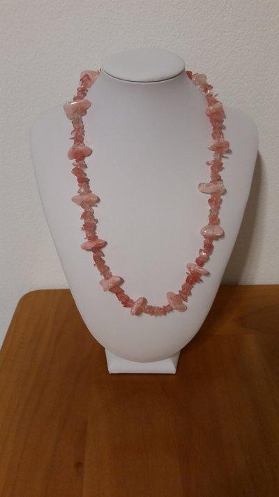Collana con chips di quarzo rosa e perline sintetiche rosa