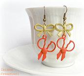 Orecchini con forbici color corallo - Fluo - Cappellaio Matto
