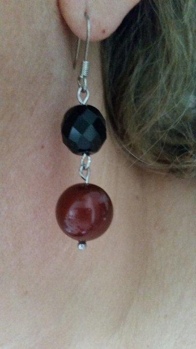 Orecchini pendenti con perlina in cristallo Swarovski bordeaux e mezzo cristallo nero