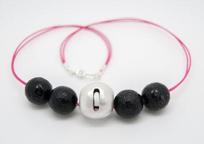 Palla di puro argento con girocollo in cotone cerato rosa e perle in vetro nero