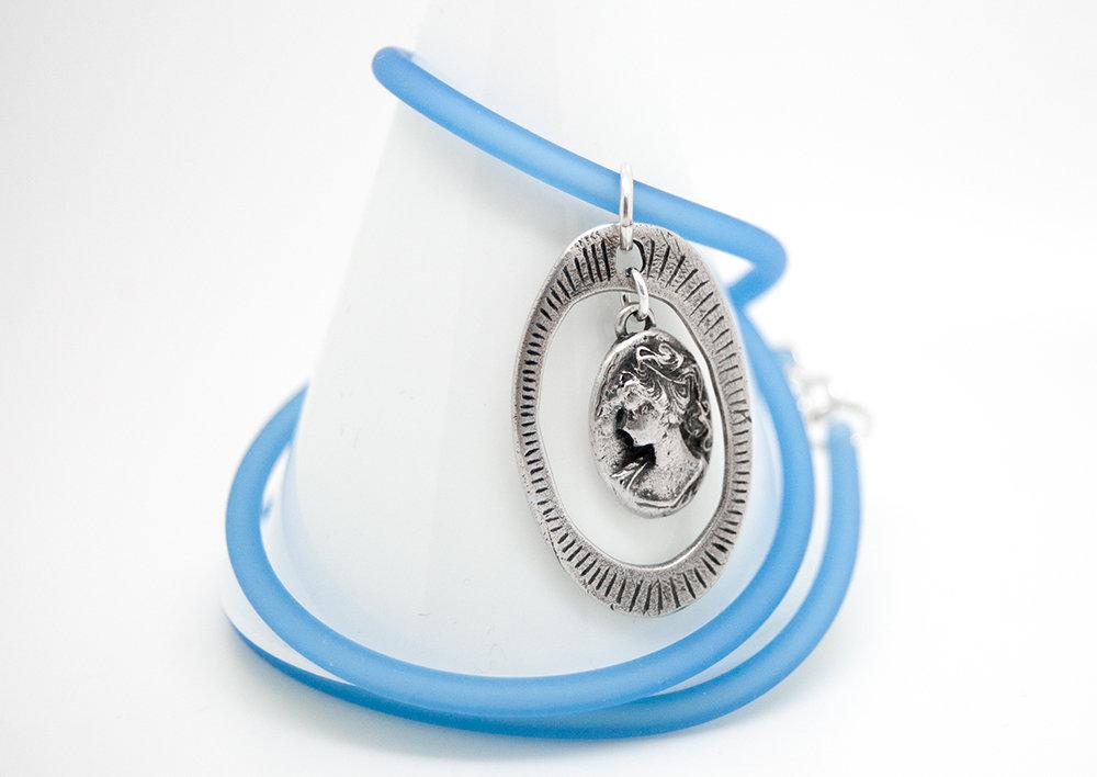 Pendente cornice con cameo in puro argento con collare in PVC azzurro