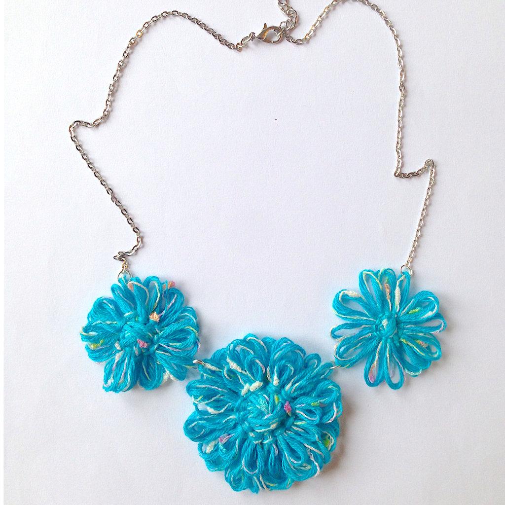 Collana regolabile con fiori azzurri e mélange fatta a mano