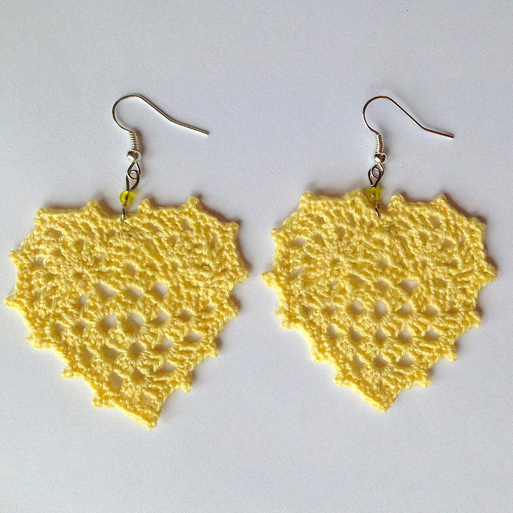 Orecchini pendenti con cuori granny giallo chiaro e perline, fatti a mano all'uncinetto