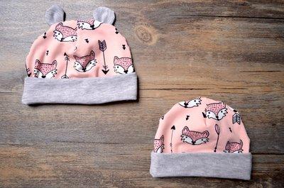 Berrettino in jersey di cotone rosa con volpi nere
