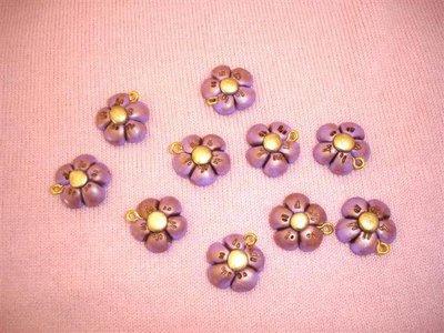 FIMO - UN   CIONDOLO ANTICHIZZATO FIORE LILLA   -  - bomboniera, idea regalo, compleanno, portafortuna