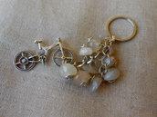Portachiavi accessorio per borsa con sassi di pietra dura e bicicletta in metallo, idea regalo.