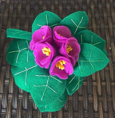 vaso di primule in feltro con fiori viola