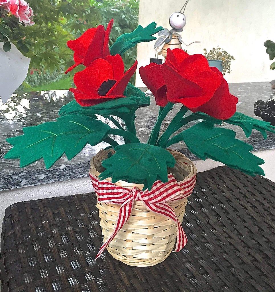vaso di papaveri in feltro